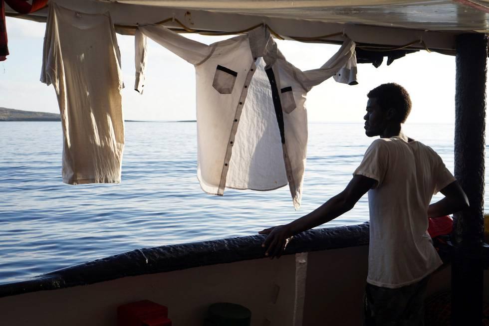 Um migrante, neste domingo, no navio 'Open Arms'.