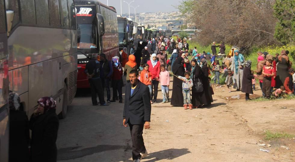 Civis sírios evacuados de Fua e Kefraya esperam comboio em Al Rashidin.