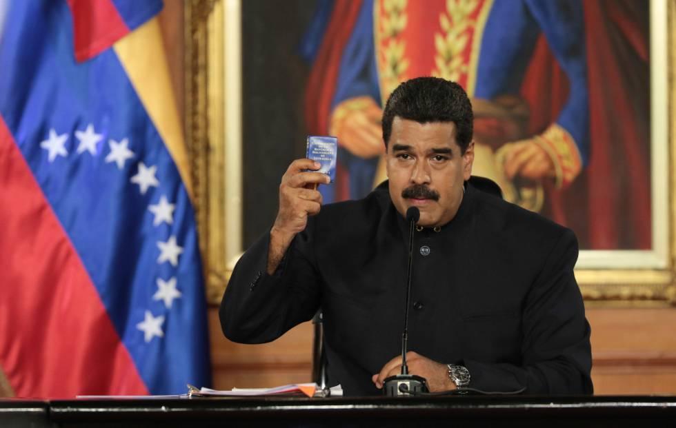 Maduro segura cópia da Constituição durante discurso.