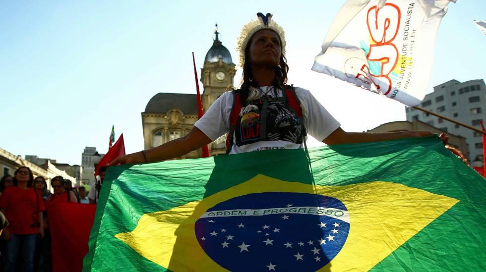 Manifestante em Curitiba no dia 13 de setembro.
