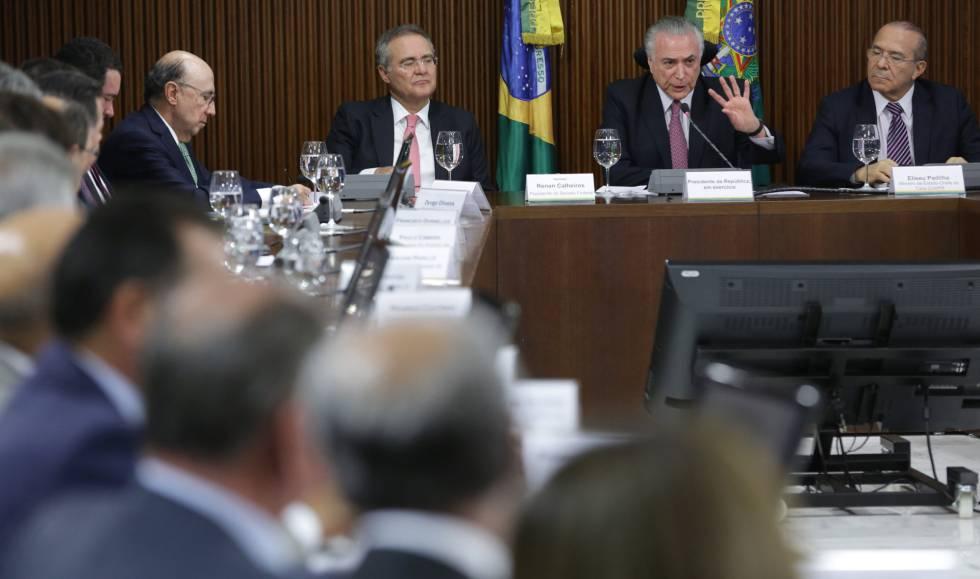 Temer, ladeado por Renan e Padilha, em reunião com governadores.