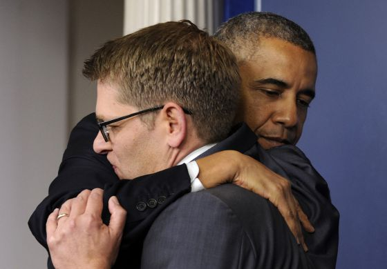 Obama abraça Jay Carney, na despedida do porta-voz.