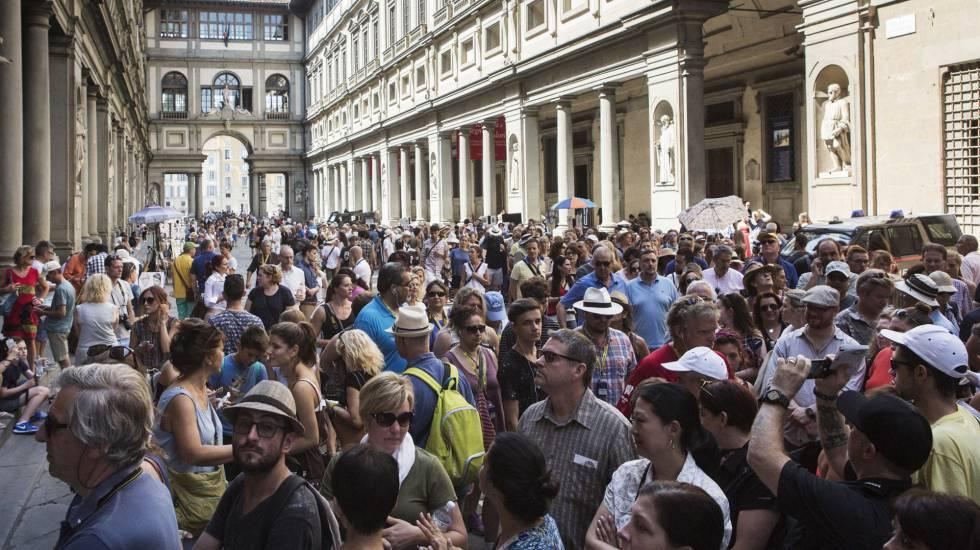Filas diante da Galeria Uffizi, em Florença, em 29 de junho de 2016