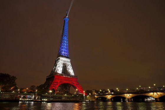 Torre Eiffel com as cores da bandeira da França, em homenagem as vítimas de Paris.