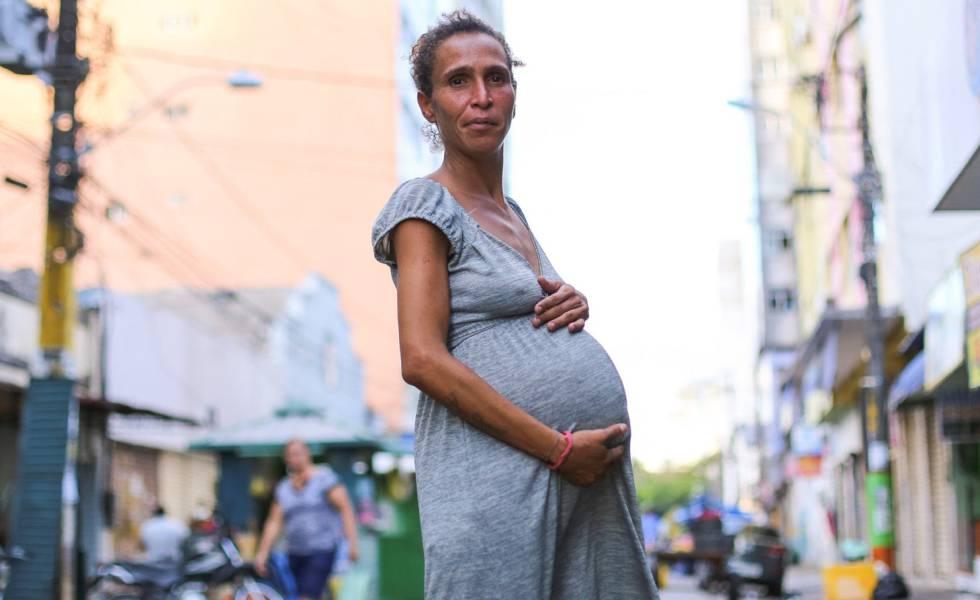 Iriana, grávida de 9 meses, posa para foto no centro de Recife