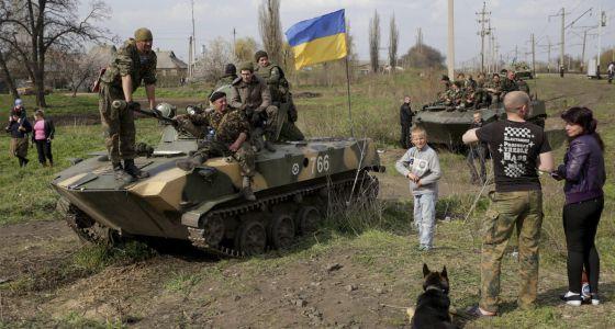 Soldados ucranianos tomam posições na região de Donetsk, na terça-feira.