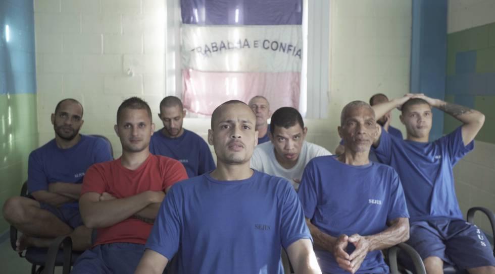 Alguns dos presos que participam do projeto Sentinelas. À frente Aílton, de branco Jhony e de vermelho Alex.