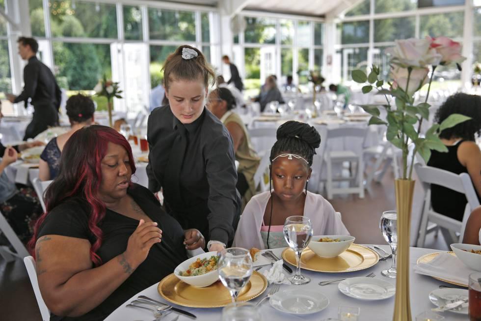 Trishell Crawford e sua filha Jacqueline, duas das convidadas ao banquete de caridade.
