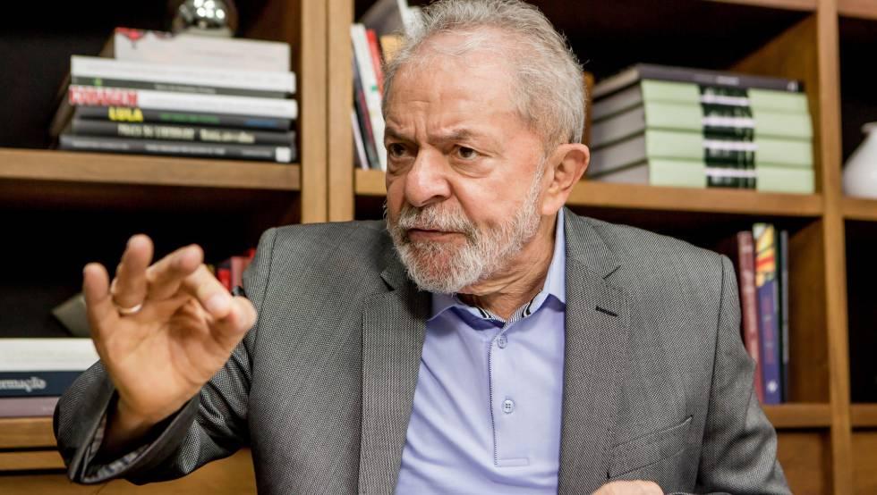 Lula da Silva, durante la entrevista con EL PAÍS, en su oficina en São Paulo.