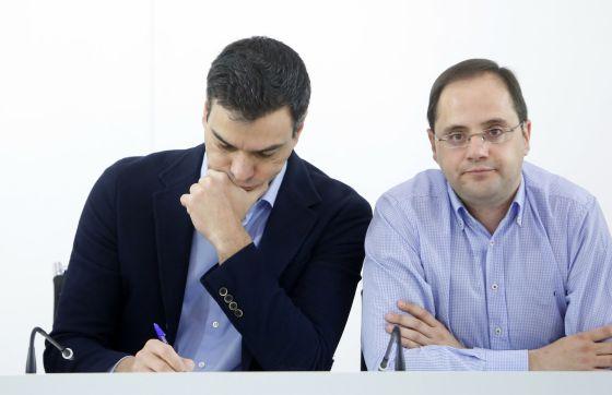 Pedro Sanchez e César Luena na Executiva do PSOE.