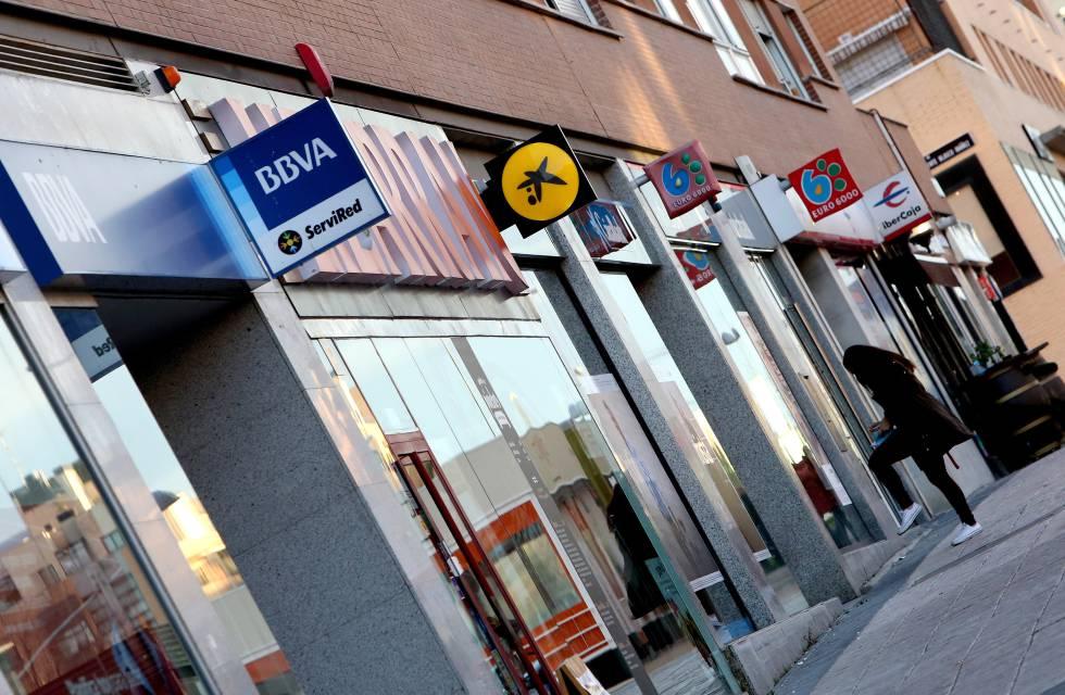 Várias agências bancárias em uma rua de Madri.