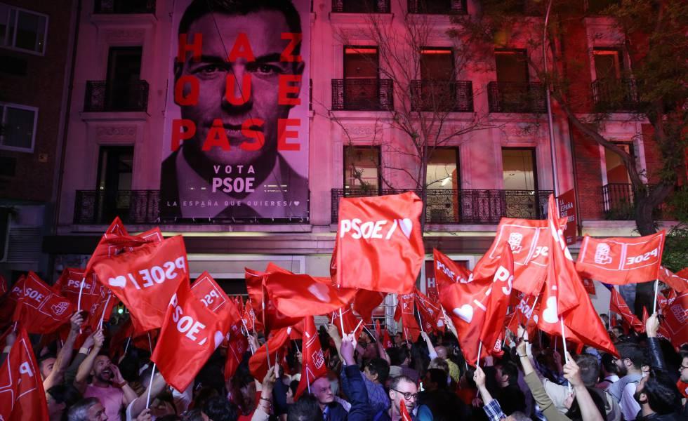 Pedro Sánchez acena para simpatizantes na sede do PSOE, em Madri