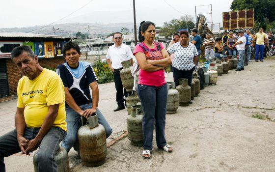 Um grupo de pessoas espera para comprar gás em San Cristóbal.