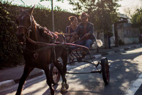 Edinalva e a filha Emili usam o cavalo no dia a dia.