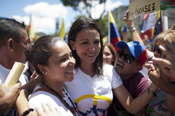 A deputada María Corina Machado (centro).