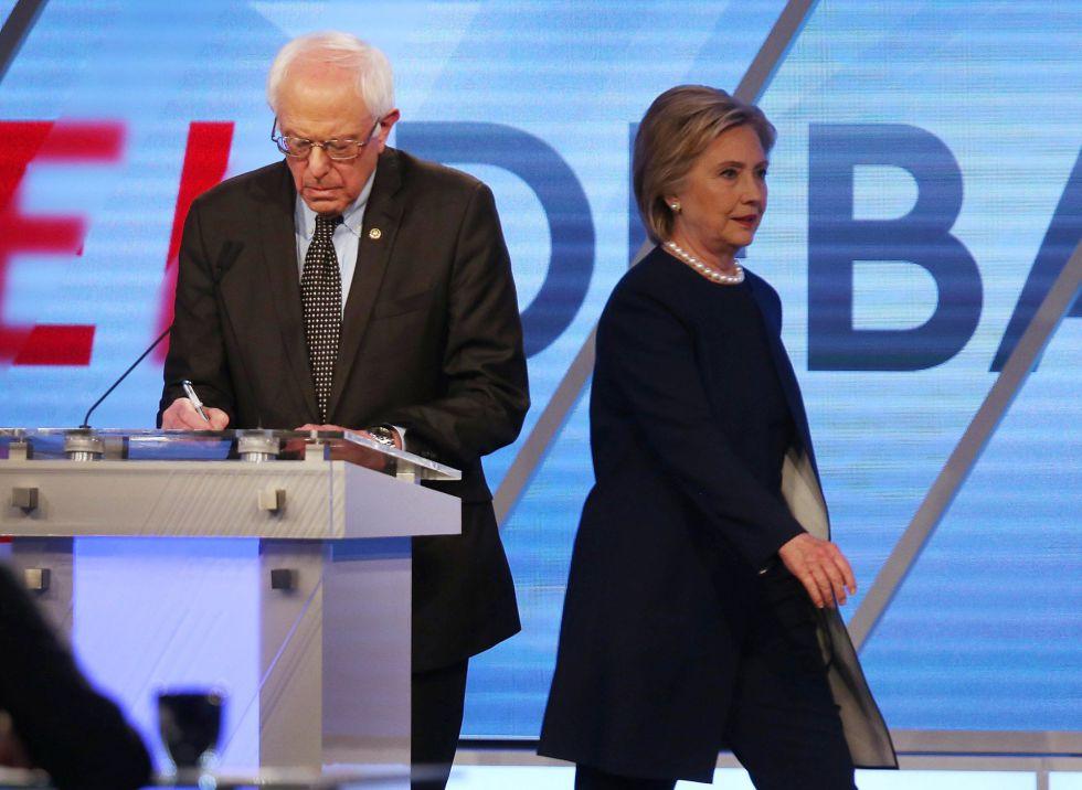 Bernie Sanders e Hillary Clinton durante o debate.