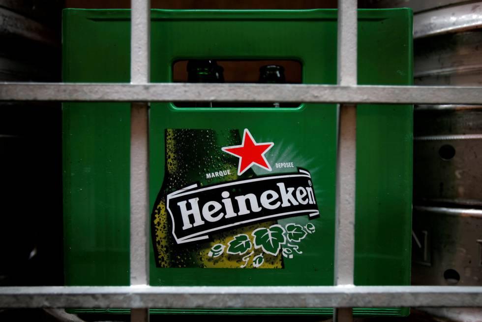 Um recipiente de garrafas de cerveja Heineken em um restaurante de Singapura.