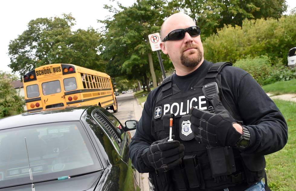 Um policial na cidade onde aconteceu o crime nos EUA.