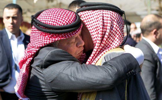 O Rei da Jordânia, Abdullah II (esquerda), abraça o pai do piloto jordaniano assassinado pelo Estado Islâmico.