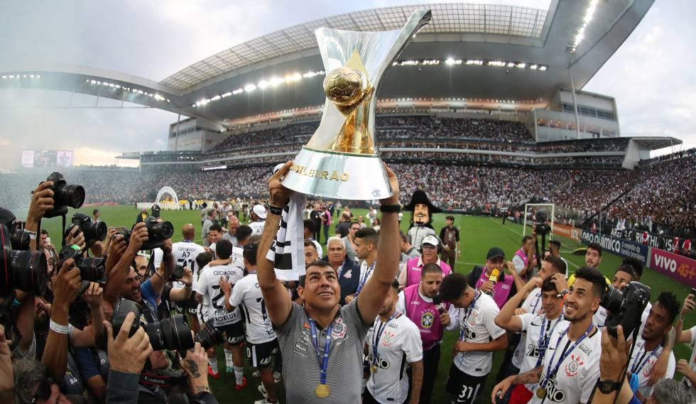 Carille ergue a taça de campeão brasileiro de 2017.