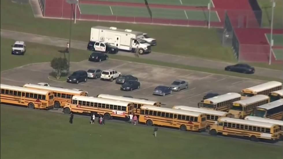 Policia escolta um grupo de estudantes em escola depois de Santa Fé após tiroteio nesta sexta.