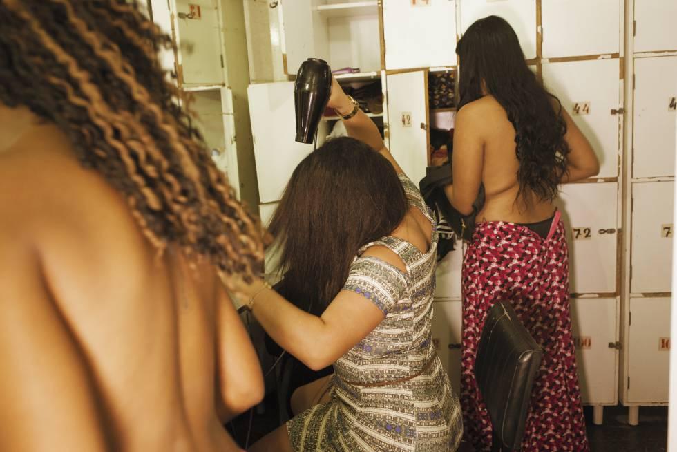 Mulheres se prostituem em uma boate no centro do Rio de Janeiro.
