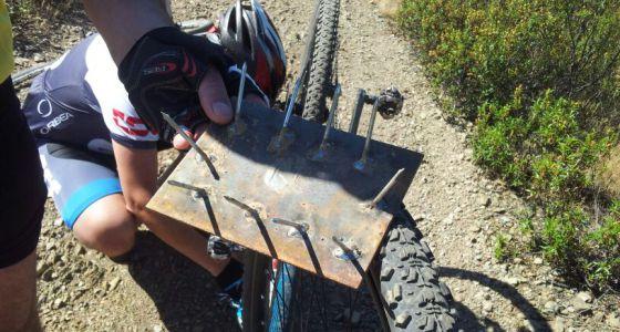 A armadilha que o ciclista Alberto Rodríguez encontrou em Madri.