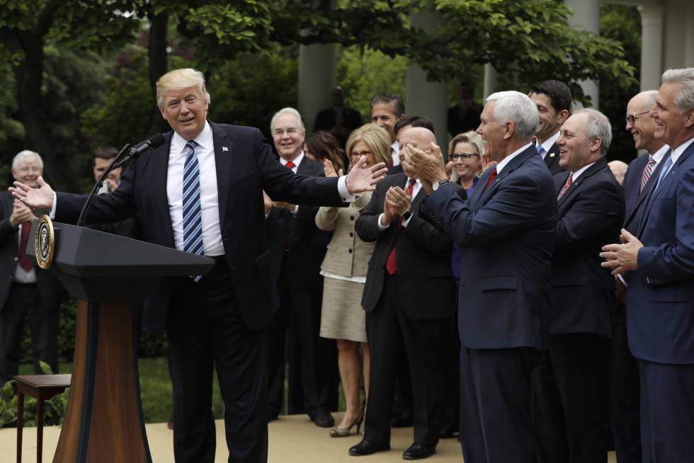 O presidente Trump recebe o aplauso dos legisladores republicanos.