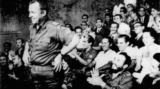 William Morgan sendo aplaudido por Fidel Castro.