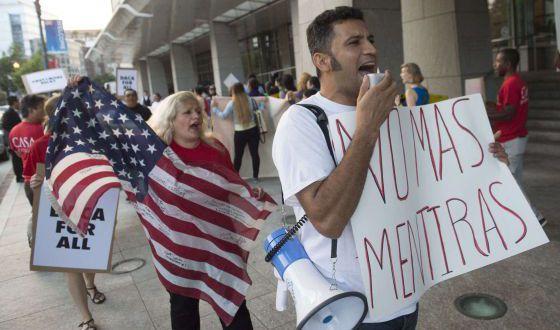 Manifestantes protestam contra a política migratória de Obama.