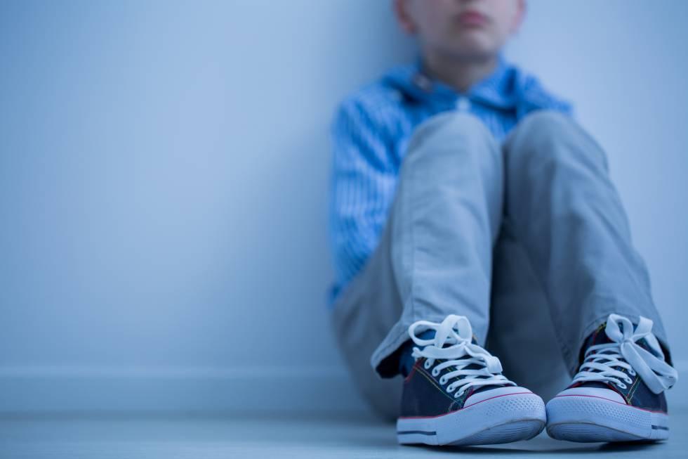 Na imagem uma criança com síndrome de asperger.