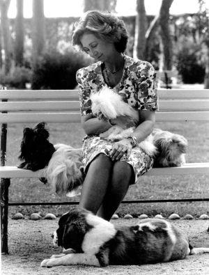 A Rainha Sofía, com alguns de seus cães, em La Zarzuela.