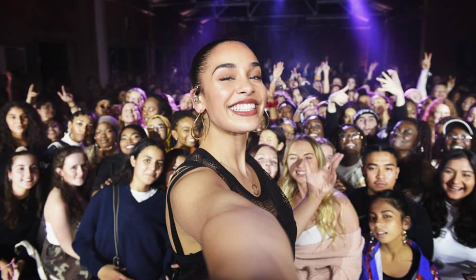 Jorja Smith tira uma selfie com fãs após evento realizado pela Nike.