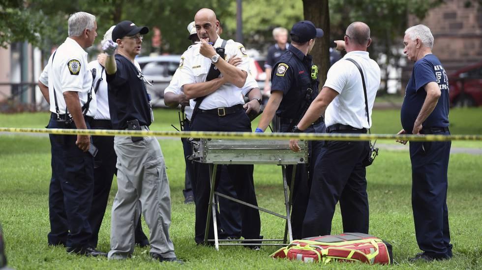 Pessoal dos serviços de emergência no parque em New Haven