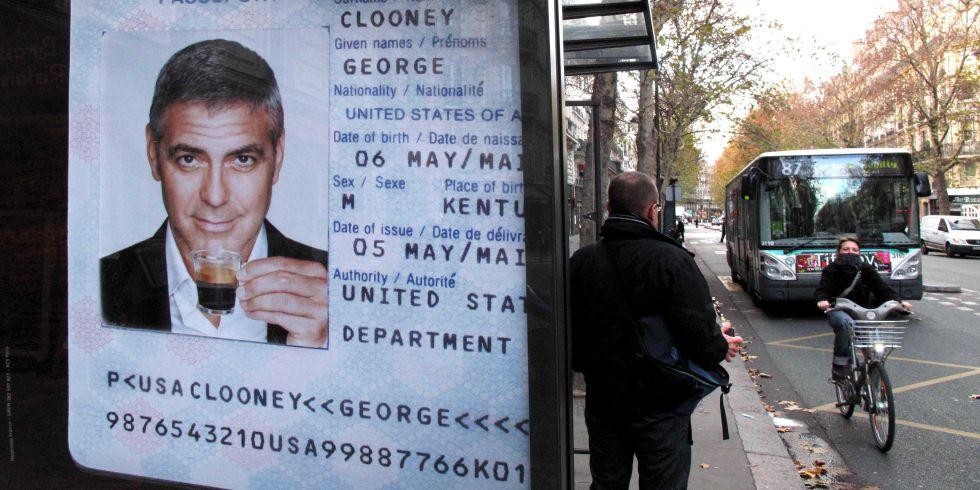O ator George Clooney, imagem de uma célebre marca de café de cápsulas, em anúncio em uma parada de ônibus em Paris.
