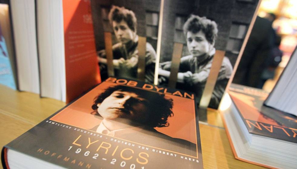 Livros de Bob Dylan em uma prateleira.