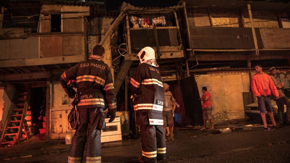 Incêndio na comunidade Levanta Saia, zona sul de São Paulo, no dia 25 de novembro