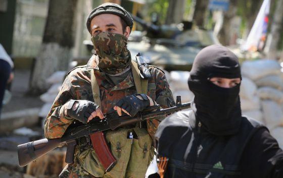 Militantes pró-russos no local onde estariam detidos os observadores.