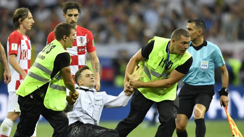 Piotr Verzilov é retirado de campo durante a final da Copa do Mundo da Rússia, em 15 de julho.
