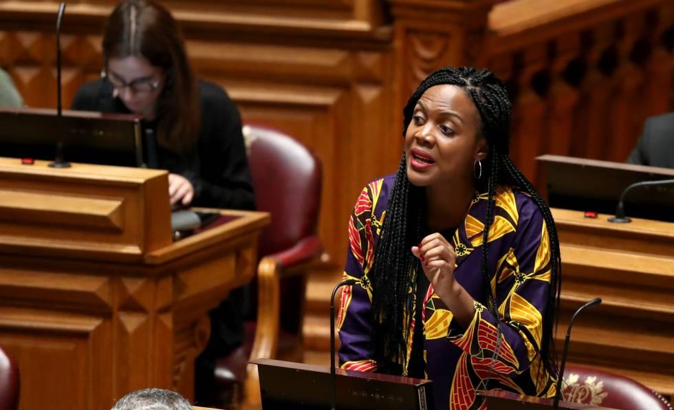 A deputada Joacine Katar Moreira, em 30 de outubro, durante uma intervenção no Parlamento português.