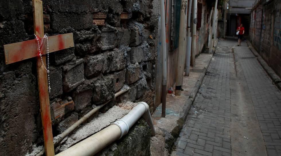 Crucifixo em viela de Paraisópolis, onde 9 morreram pisoteados durante ação da PM em um baile funk.