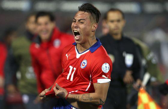 Vargas comemora seu segundo gol na partida.