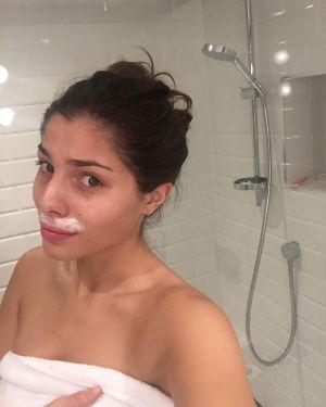 A modelo Stina Sanders mostra uma foto cuidando dos pelos faciais.