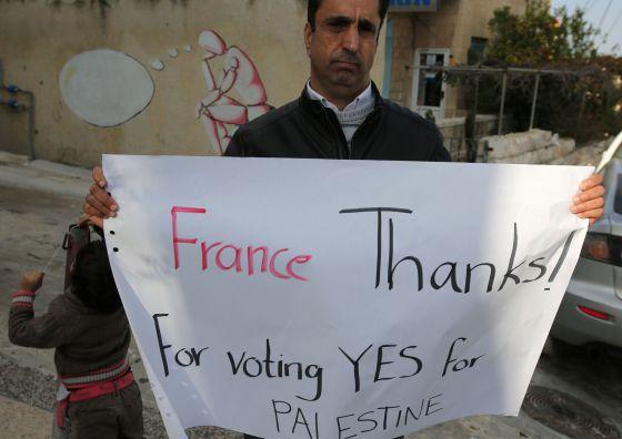 Um palestino agradece à França nesta terça-feira, em Ramallah.