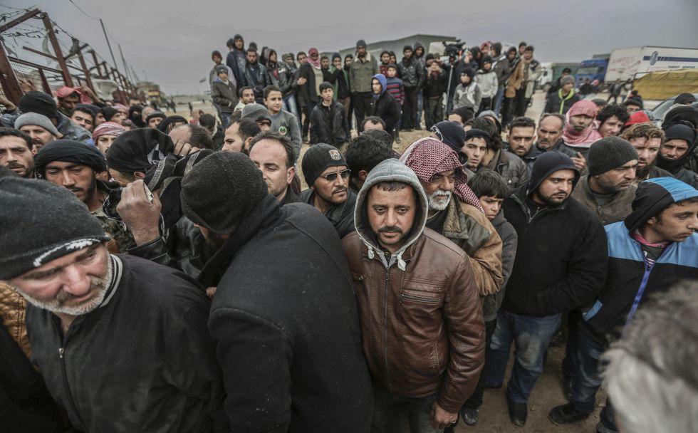 Sírios esperam no passo de Bab a o-Salam para entrar em Turquia.
