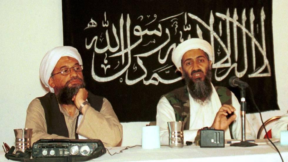 Ayman al Zawahiri (à esquerda), ao lado do falecido líder da Al Qaeda Osama bin Laden, em 1998.