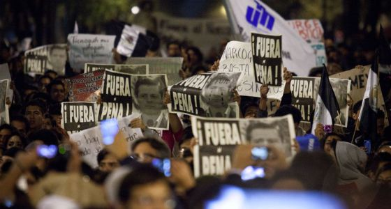 Milhares de pessoas marcham pelas ruas do Distrito Federal.
