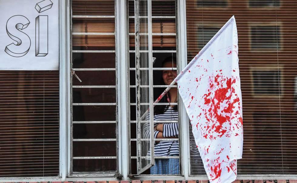 Bandeira branca manchada de sangue após o resultado do plebiscito.