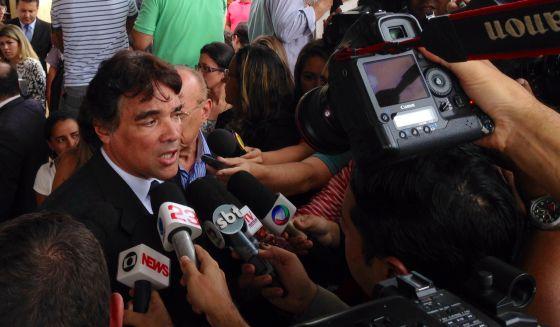 O senador Lobão Filho, dá entrevista em frente ao presídio de Pedrinhas.