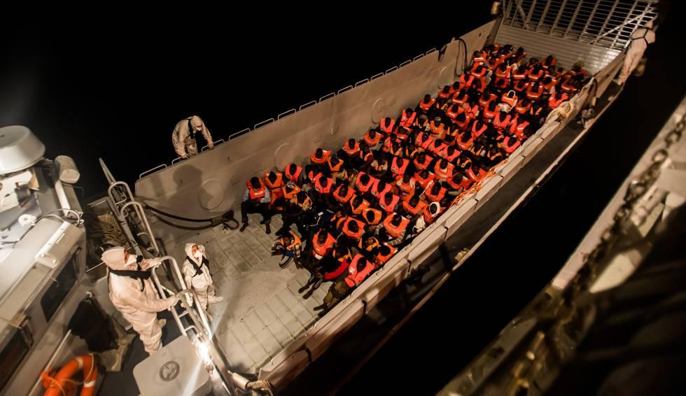 O barco 'Aquarius' durante o resgate da noite do sábado, no Mediterrâneo.